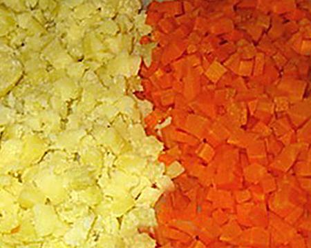 нарезанные картофель и морковь